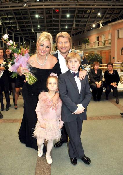 Раньше певица много времени проводила с сыном и дочерью, часто брала их на светские мероприятия