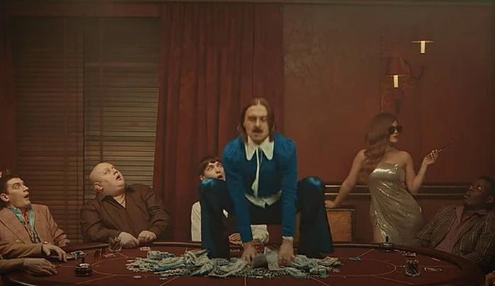 Главные герои клипа купаются в деньгах