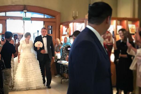 К алтарю невесту отвел отец