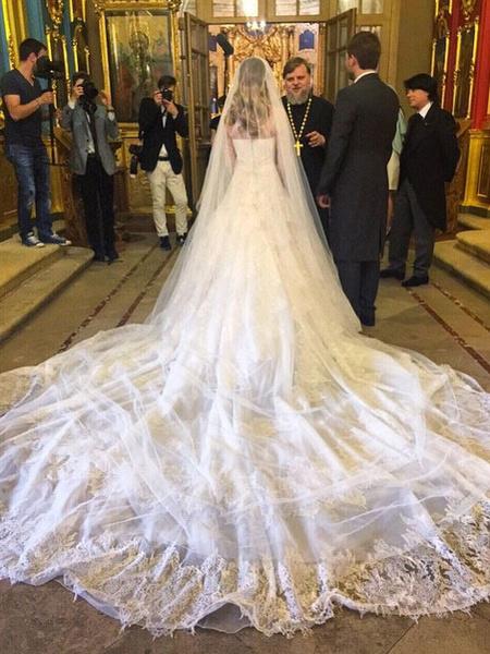 У венчального платья был длинный шлейф