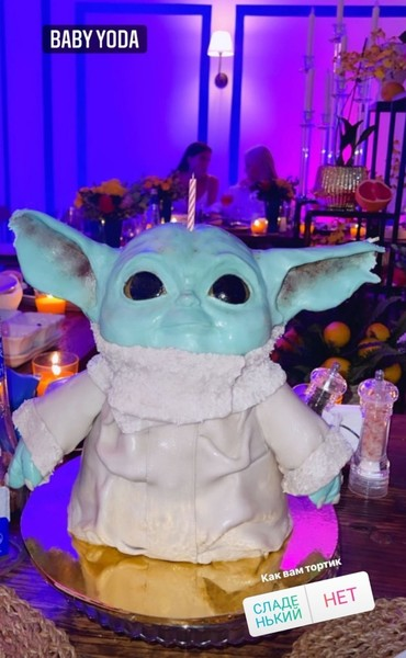 Именинный торт был в форме популярного персонажа.