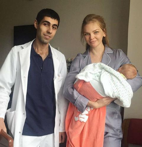 Елена Кулецкая вместе с врачом, который принимал роды