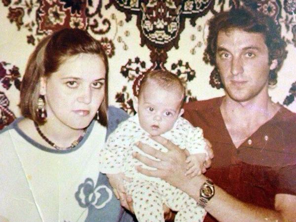 Родителям пришлось оставить Юлию с бабушкой и дедушкой