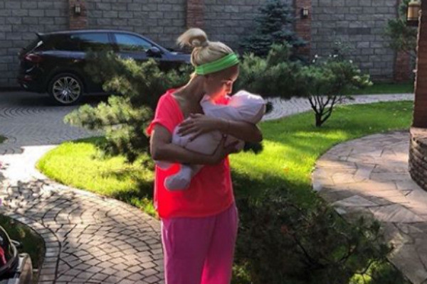 Лера с новорожденной дочерью Машей