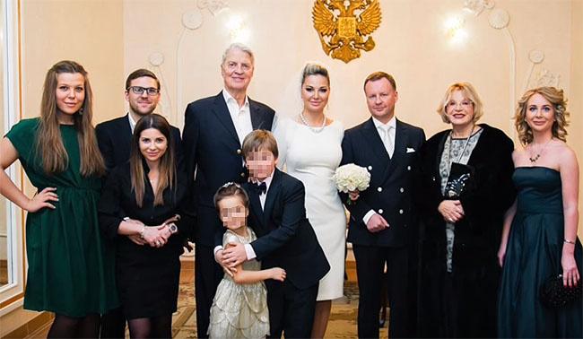 Мария Максакова и Денис Вороненков с близкими на росписи в загсе