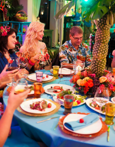 Татьяна собрала за праздничным столом самых близких друзей и коллег