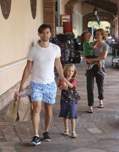 Семья отправилась на рынок в День труда