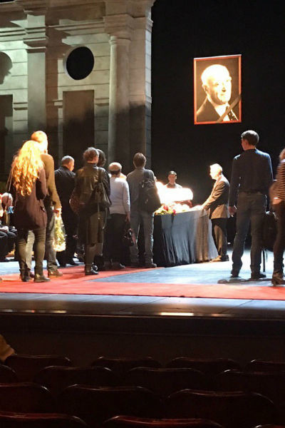Церемония прощания с артистом проходит на сцене его родного театра