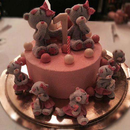 Для Маши и Кати кондитеры приготовили очаровательный торт