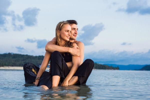 Влюбленные занимаются развитием собственного йога-центра