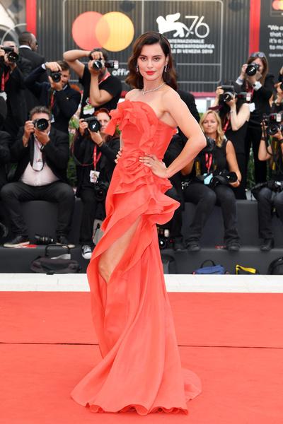 На церемонии закрытия фестиваля Катринель Марлон сливалась с дорожкой из-за красного платья