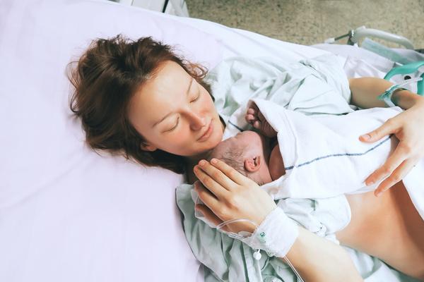 Больным коронавирусом мамам не разрешают кормить детей грудью