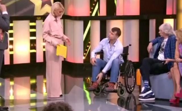 Михаил передвигается на инвалидной коляске