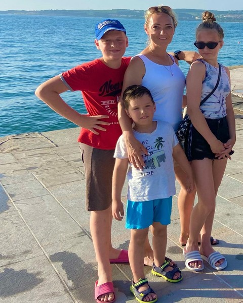 Малькова проживает с детьми в Словении