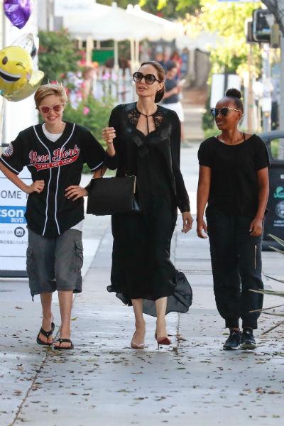 Сейчас Анджелина часто путешествует по миру с наследниками