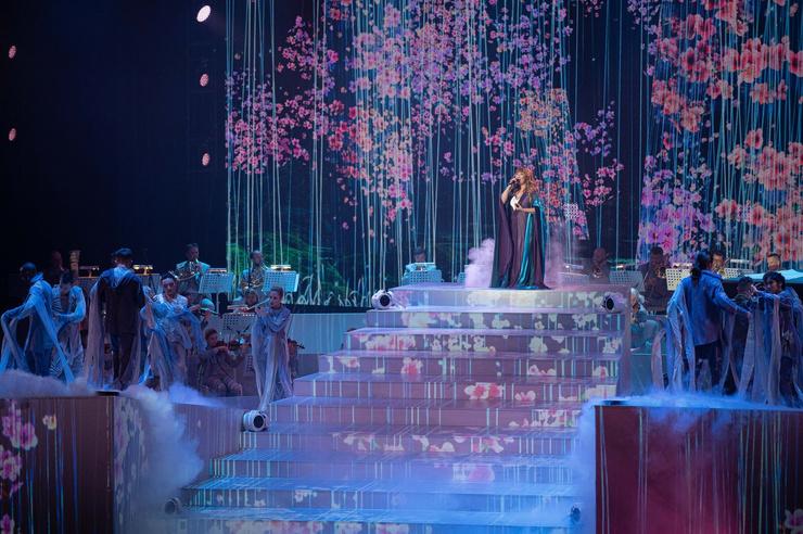 Зал украсили проекции цветов