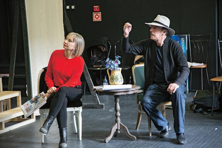 Сейчас на сцене Театра имени Ленсовета актер с супругой репетируют спектакль «В этом милом старом доме», премьера назначена на 25 декабря