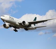Пассажирский самолет упал на жилые дома в Пакистане