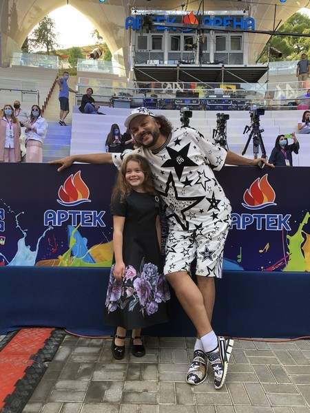 Дуэтом с певцом выступит Алиса Голомысова, участница детского «Голоса»