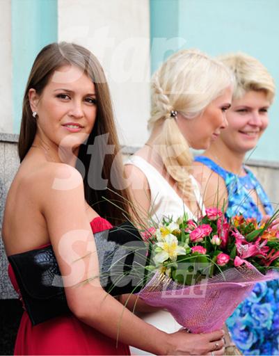 Сестра невесты Анна Бузова, близкая подруга Ольга и сестра жениха Екатерина