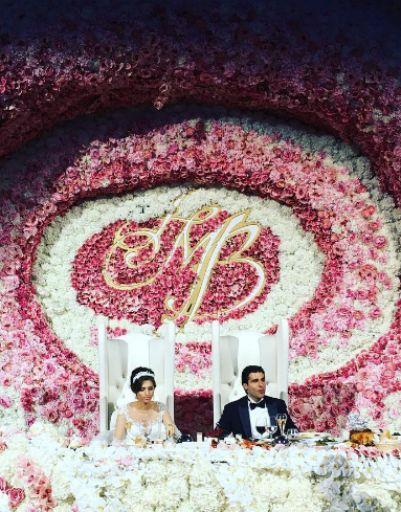 Стол Мурада и Бетти венчала надпись с их инициалами
