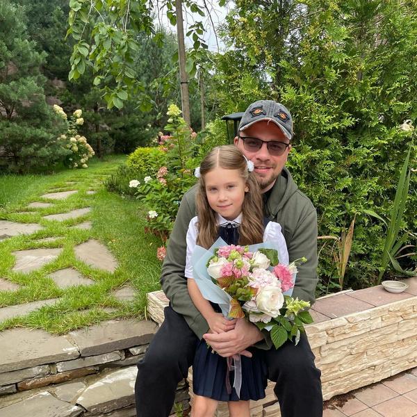 Гарик Харламов проводил дочь Настю во второй класс