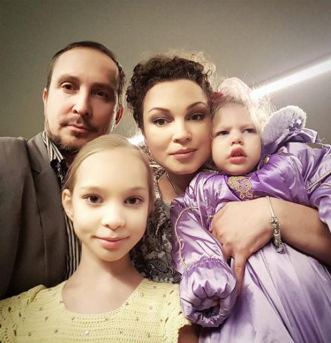 У Александра (настоящее имя звезды) и Натальи подрастают две дочери