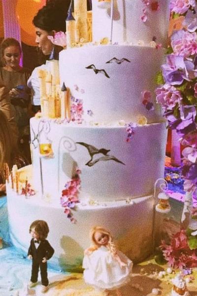 В конце вечера гости полакомились шикарным тортом