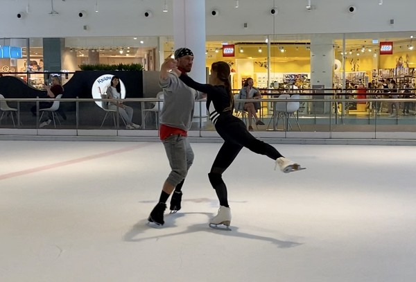 На лед пары выходят практически каждый день — каток раположен в одном из торговых центров столицы