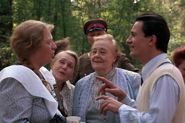 Нина Архипова (вторая слева) в фильме Никиты Михалкова «Утомленные солнцем», 1994 год
