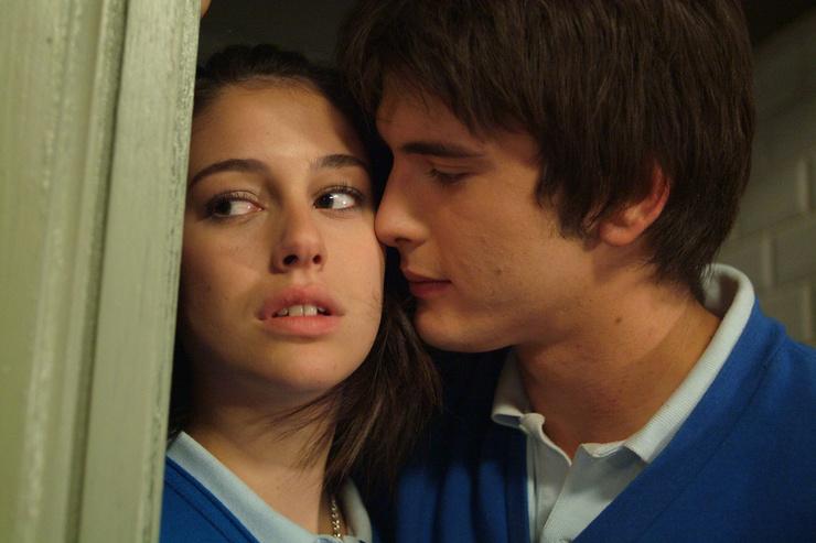 Акцент в сериале сделан на любовные линии.