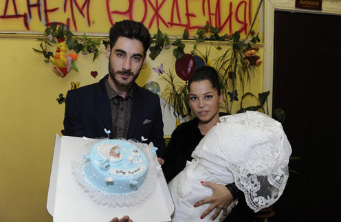 Тигран и Юлия Салибековы с новорожденным сыном Эльдаром