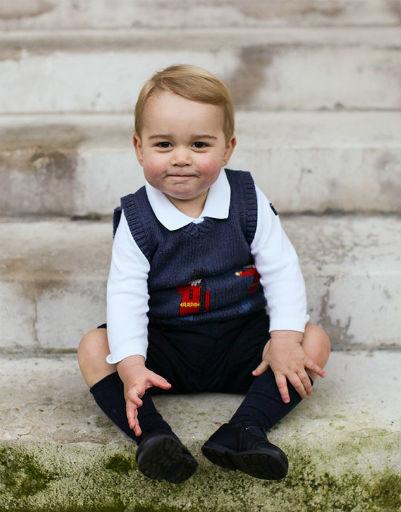 Восторг поклонников вызывают не только гримасы мальчика, но и его наряды