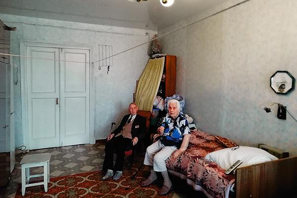 Так выглядела комната пенсионеров до преображения в апреле этого года