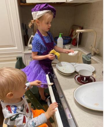 Жена Сергея Безрукова готовит ему ужин вместе с дочкой