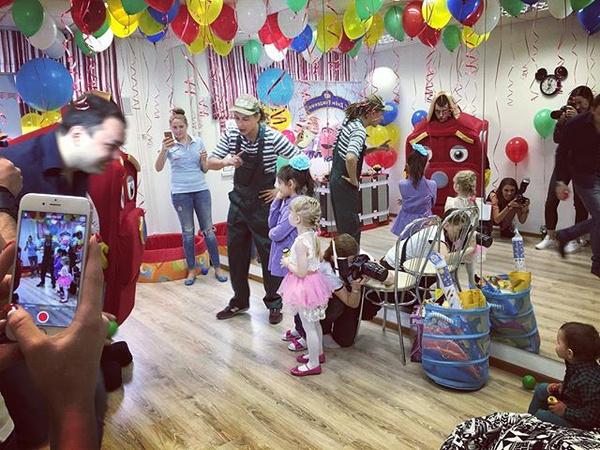 Паровозики развеселили маленьких гостей на празднике Роберта Гобозова