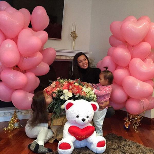 «Валентинки от мужа», - подписала фото в микроблоге Оксана Самойлова
