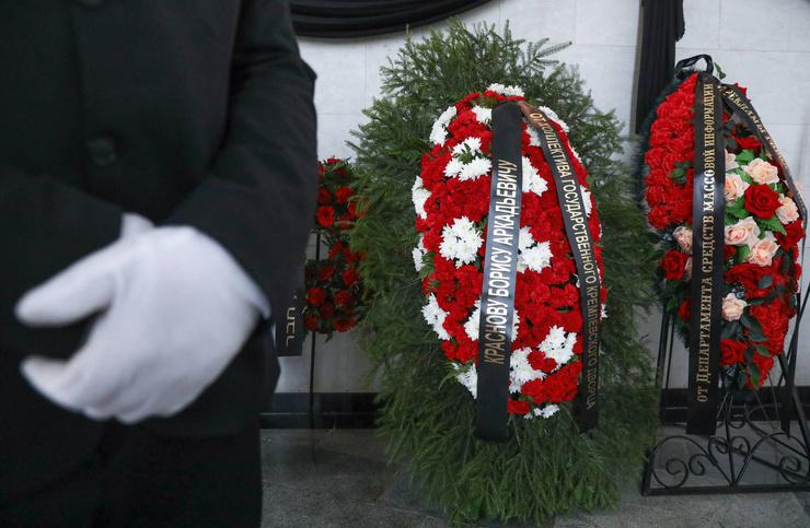 Новости: Алла Пугачева помолилась у гроба близкого друга Бориса Краснова — видео – фото №9