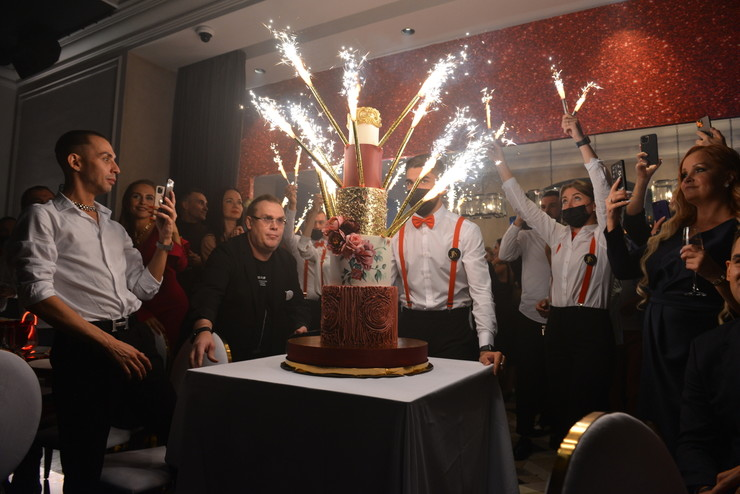 Под конец мероприятия по традиции вынесли торт