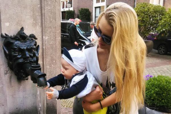 Малыш активно знакомился с достопримечательностями Амстердама
