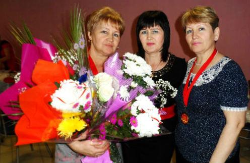 Гульжан (слева) на своем юбилее с подругами