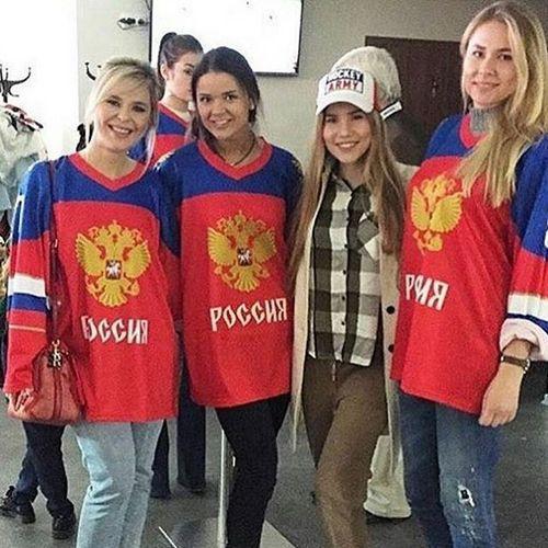 Пелагея с подругами в Ледовом дворце