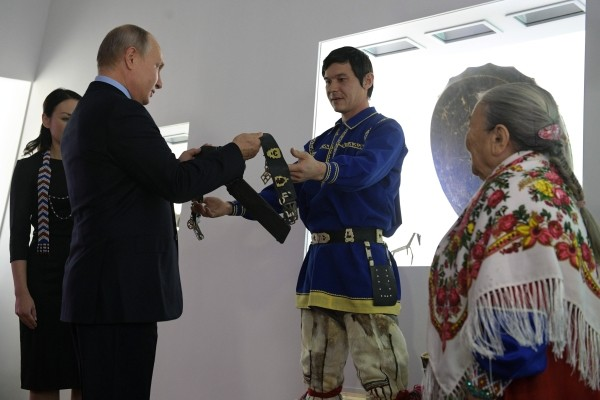Хранитель традиций Югры Мария Волдина (справа) подарила президенту пояс охотника от злых духов