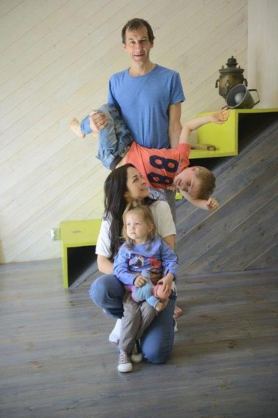 В коттедже журналист живет вместе с супругой Эллой и детьми
