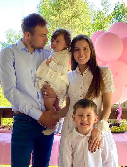 Антон с женой Луизой и старшими детьми