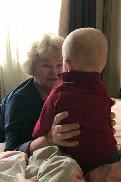 Людмила Нарусова живет неподалеку от Ксении и много времени проводит с внуком