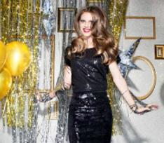 Топ-10 новогодних платьев: На одно плечо или украшенные пайетками