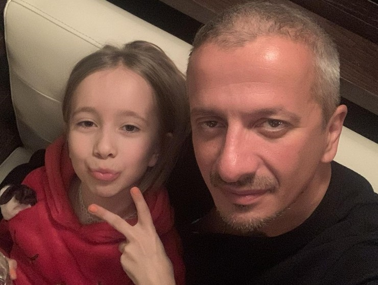 Режиссер поддерживает общение с дочерью
