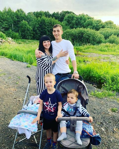 Многодетная мать вместе с избранником Артуров воспитывает троих детейМногодетная мать вместе с избранником Артуром воспитывает троих детей