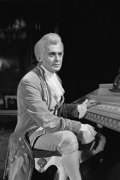 Стоянов в роли Моцарта в спектакле «Амадеус»